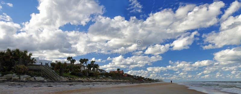 Голубое небо над Daytona Beach, Флоридой, США стоковая фотография