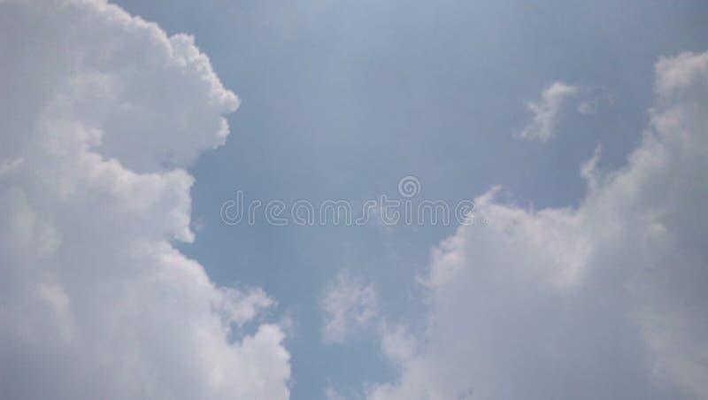 Голубое небо на утре стоковая фотография