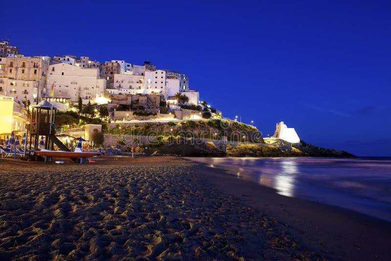 Голубое небо, пляж, море и город Sperlonga, Лациа r стоковые изображения rf