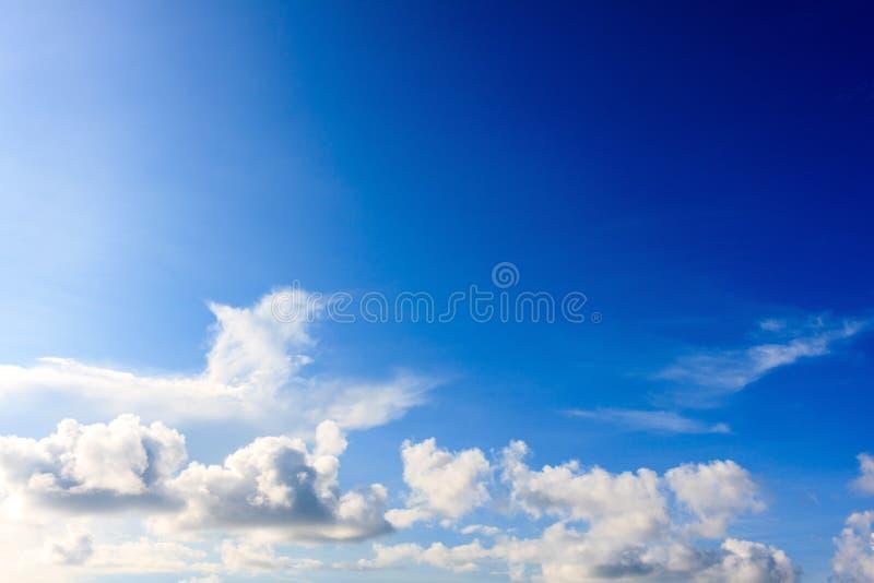 Голубое небо с белой предпосылкой облака стоковые изображения