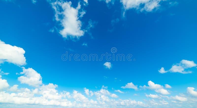 голубое небо с белыми, мягкими облаками летом стоковые фото