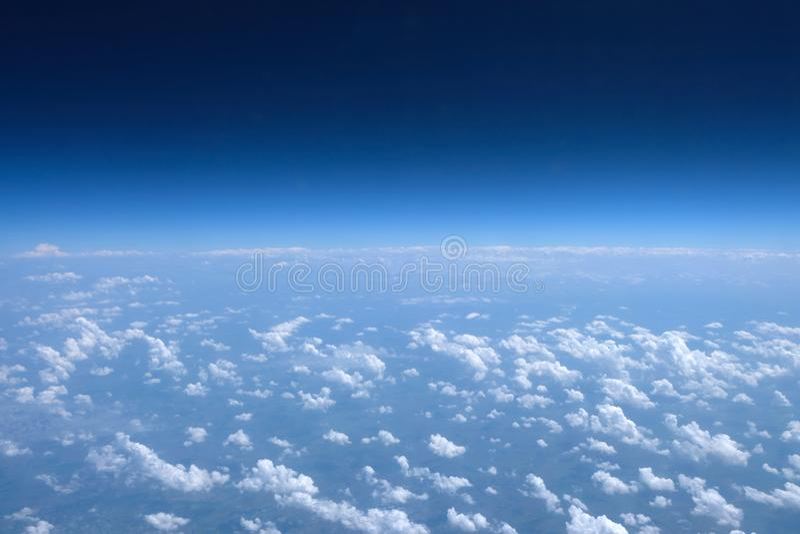 Голубое небо с взглядом облаков от иллюминатора самолета стоковые фотографии rf