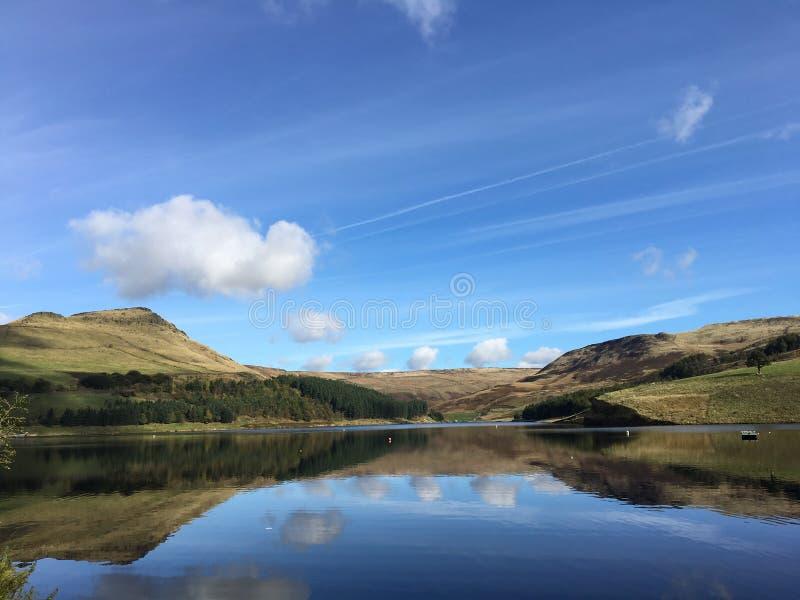 Голубое небо с зеркальным отображением озера и горы стоковые фотографии rf