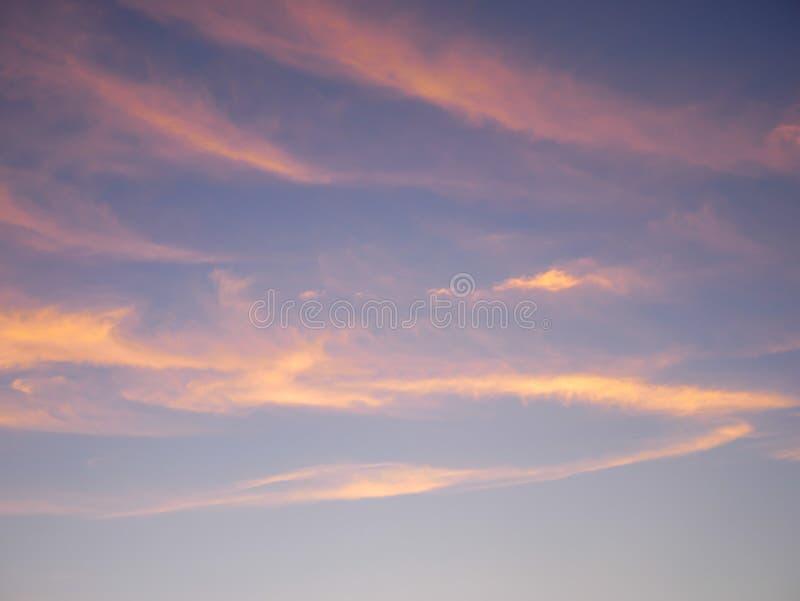 Голубое небо с золотыми облаками летом стоковое фото rf