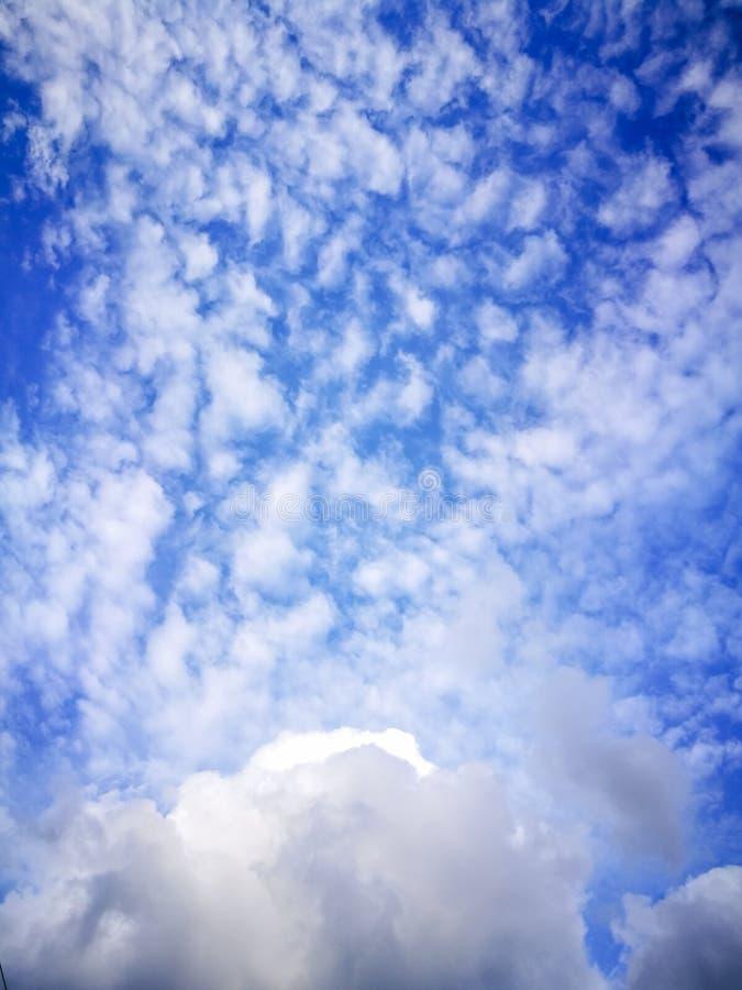 Голубое небо с облаками стоковые изображения rf