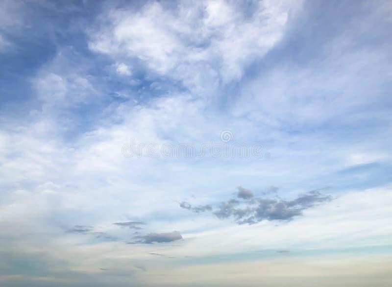 Голубое небо с облаком над морем стоковое фото
