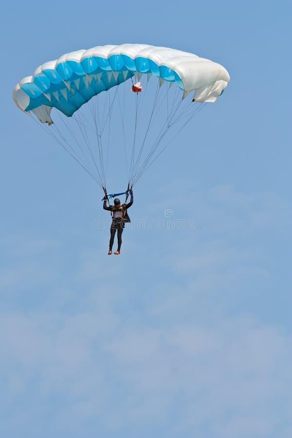 голубое небо parasailing стоковая фотография rf