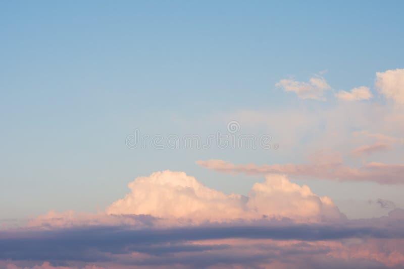 Голубое облачное небо Отражение желтого солнца излучает на clou стоковые изображения