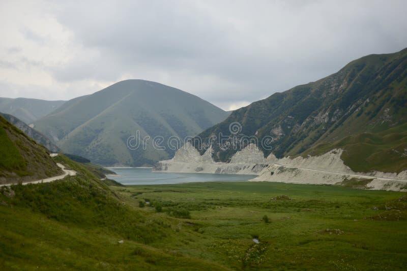 Голубое озеро горы в вечере стоковые изображения rf