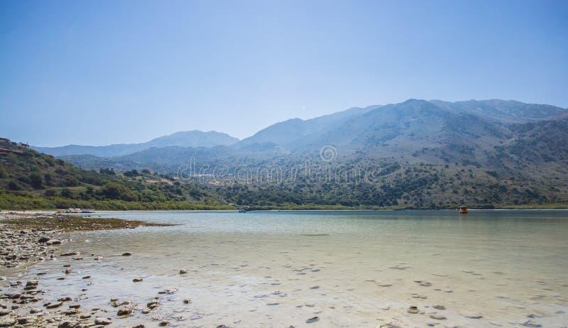 Голубое озеро Kournas на предпосылке гор в Крите стоковое фото rf