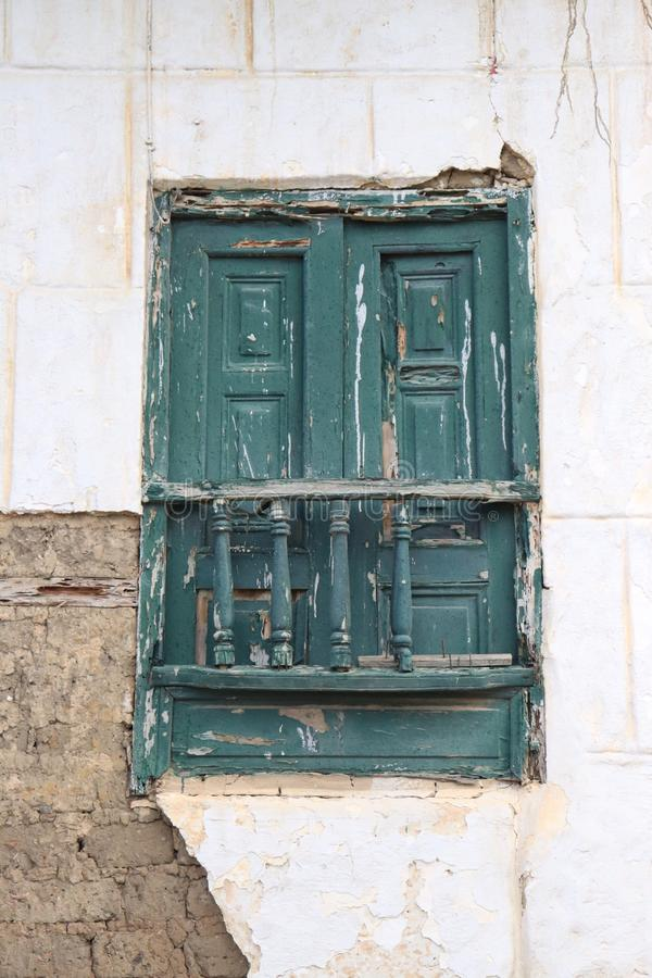 Голубое окно в древесине стоковое изображение rf