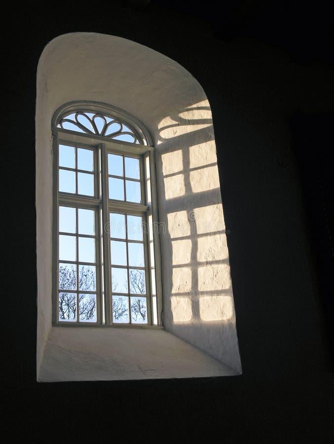 голубое окно небес церков стоковые изображения