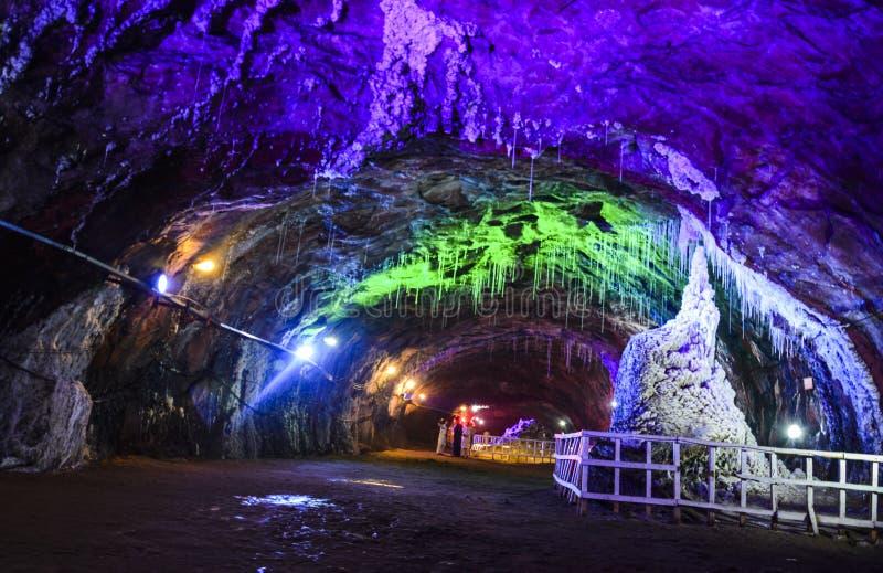 Голубое освещение внутри шахты Khewra стоковое фото