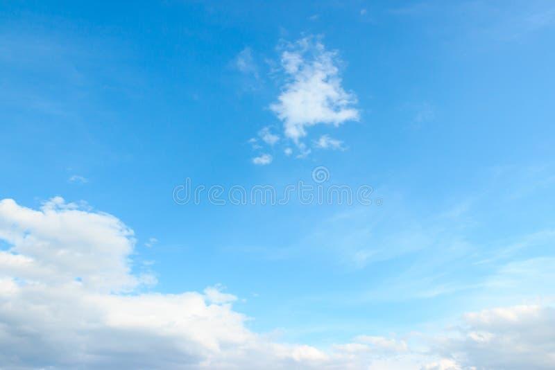 Голубое открытое небо с белыми облаками благоустраивает весной день стоковое фото