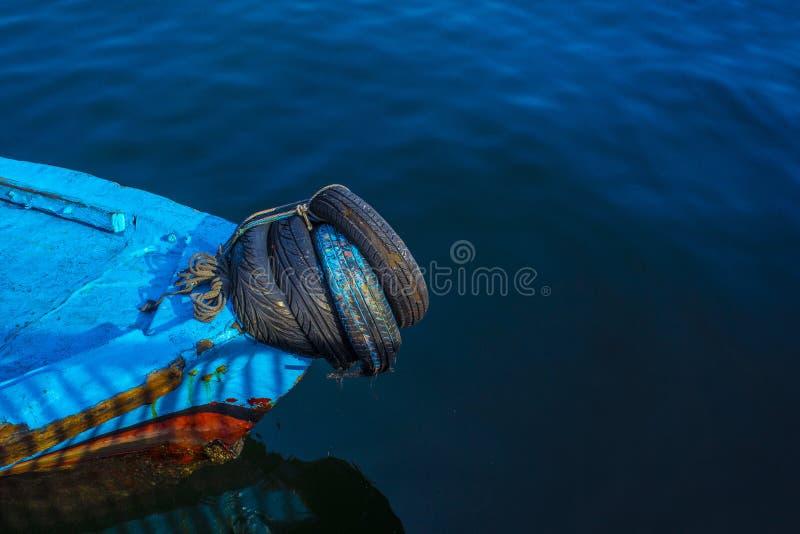 Голубое перемещение шлюпки и воды и отдых на море стоковое фото rf