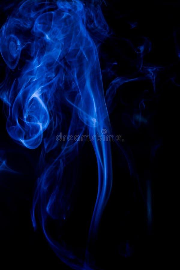 Голубое токсическое движение перегаров на черной предпосылке стоковое изображение rf