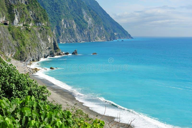 голубое ясное море taiwan скал стоковое фото rf