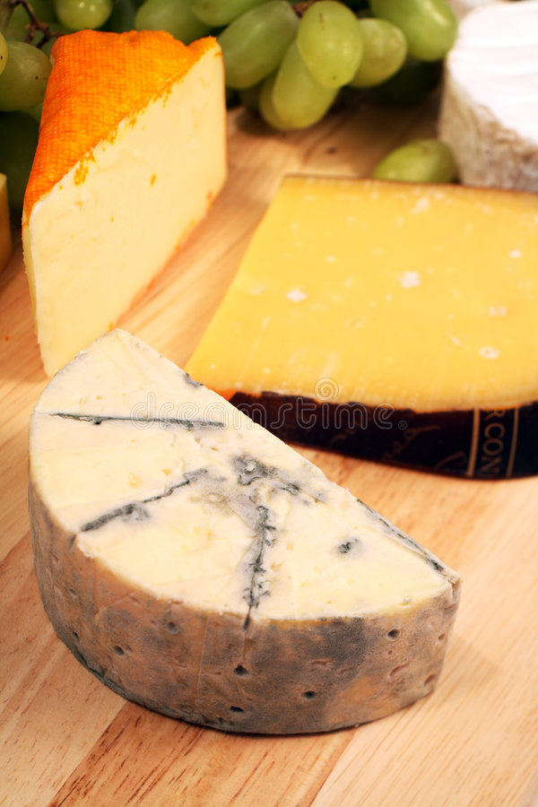 голубое cheeseboard brie стоковые фотографии rf