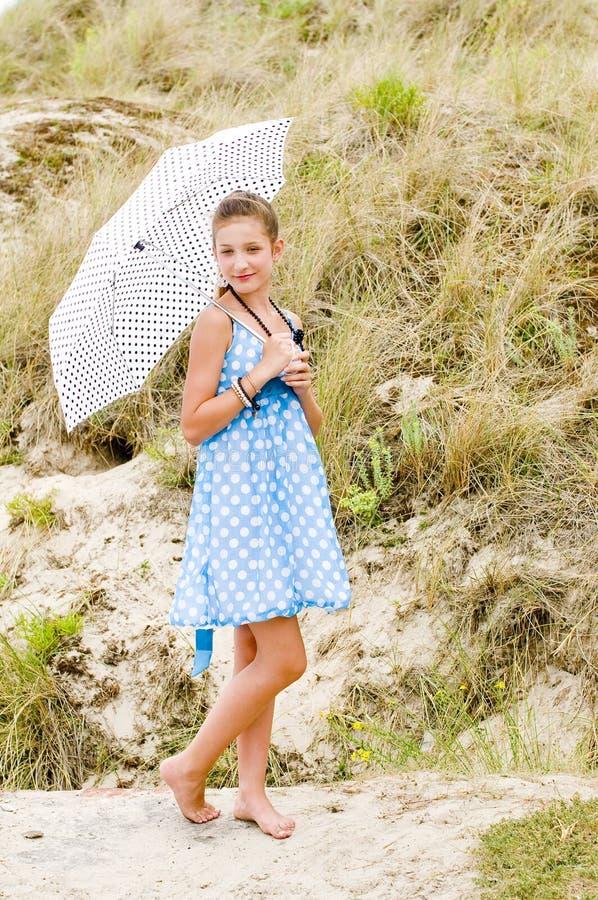 голубое urbex польки положения девушки способа платья стоковое фото