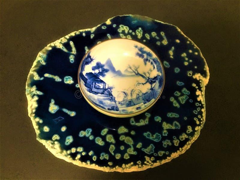 Голубой агат и китайская handmade покрашенная чашка чаю стоковая фотография