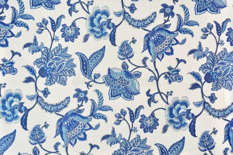 Голубой богато украшенный цветочный узор на белой скатерти хлопка стоковая фотография rf