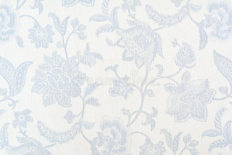 Голубой богато украшенный цветочный узор на белой скатерти хлопка стоковое фото rf