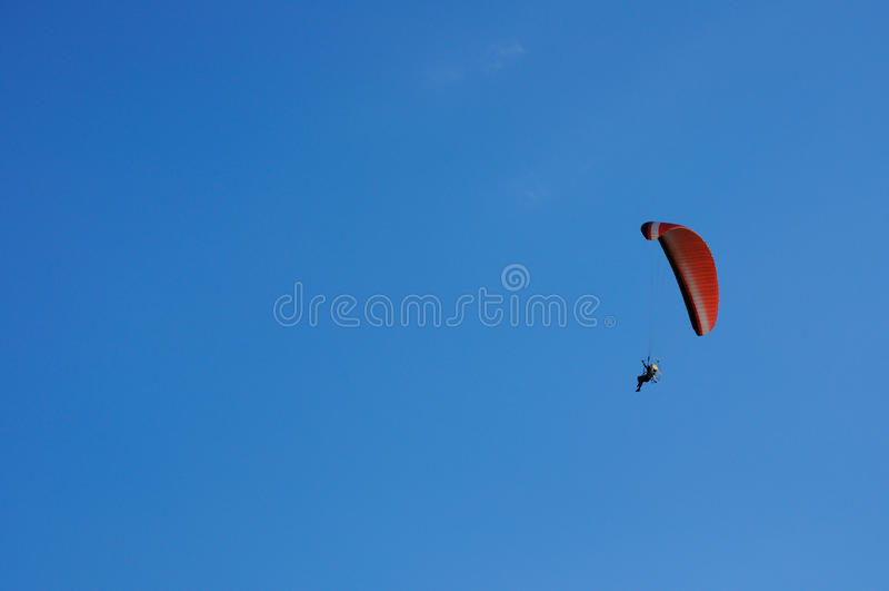 голубой весьма спорт неба paramotor летания стоковая фотография rf