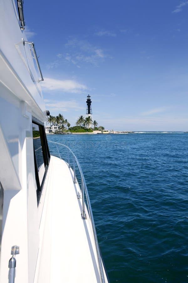 голубой взгляд со стороны моря маяка florida шлюпки стоковая фотография