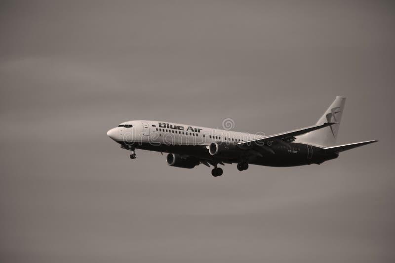 Голубой воздух Боинг причаливая авиапорту стоковое фото rf