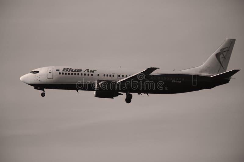 Голубой воздух Боинг причаливая авиапорту стоковые изображения rf