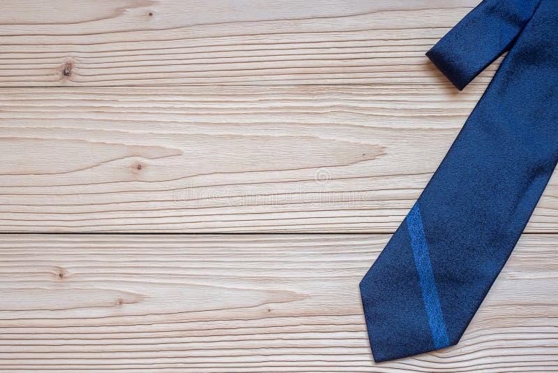 Голубой галстук на деревянной предпосылке с космосом экземпляра для текста Счастливый День отца и международные концепции дня люд стоковое изображение rf