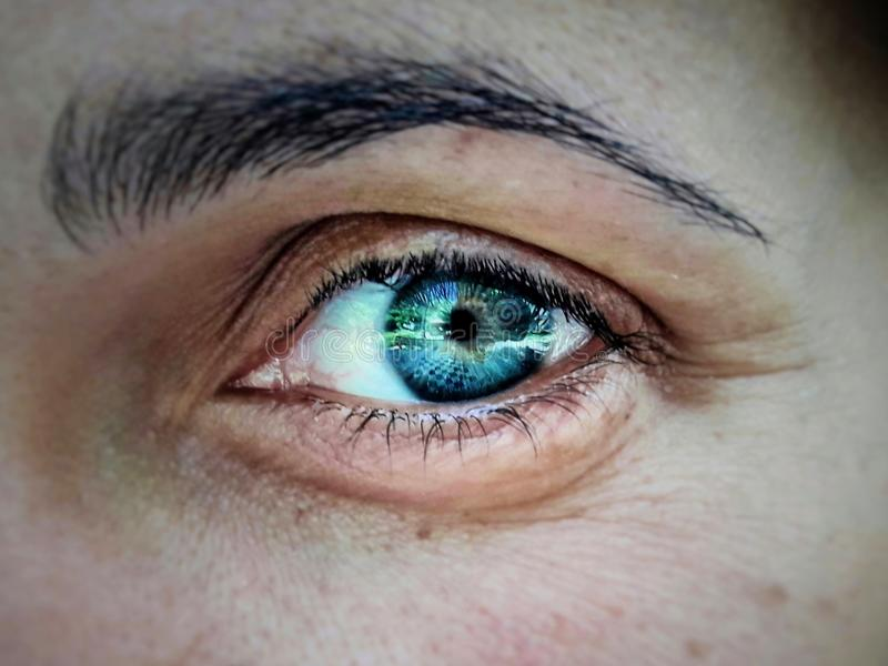 голубой глубокий глаз стоковая фотография