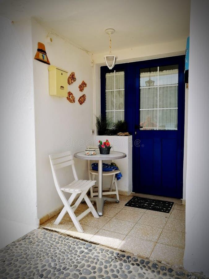Голубой дом морем стоковое фото rf