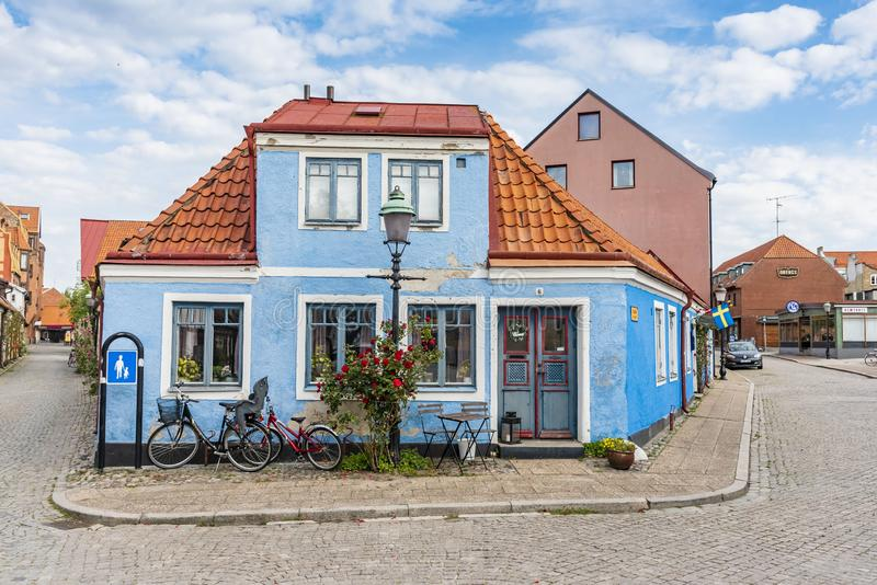 Голубой жилой угловой дом Ystad Швеция стоковые изображения rf