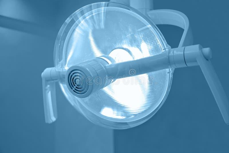 голубой зубоврачебный подкрашиванный светильник стоковое фото rf