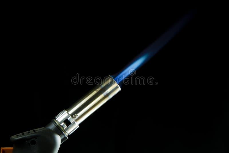Голубой инструмент паяльной лампы в действии с его голубым пламенем стоковые фотографии rf