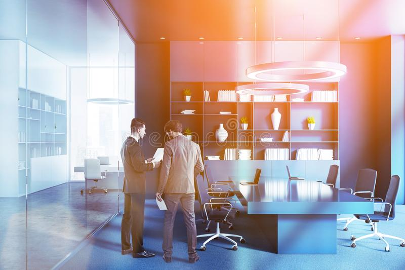 Голубой интерьер конференц-зала, люди стоковое изображение rf