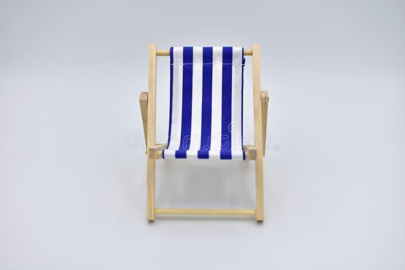 Голубой и белый шезлонг изолированный на белой предпосылке стоковая фотография
