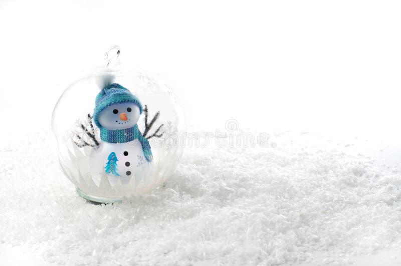 Голубой и зеленый снеговик в глобусе с снегом стоковое фото rf
