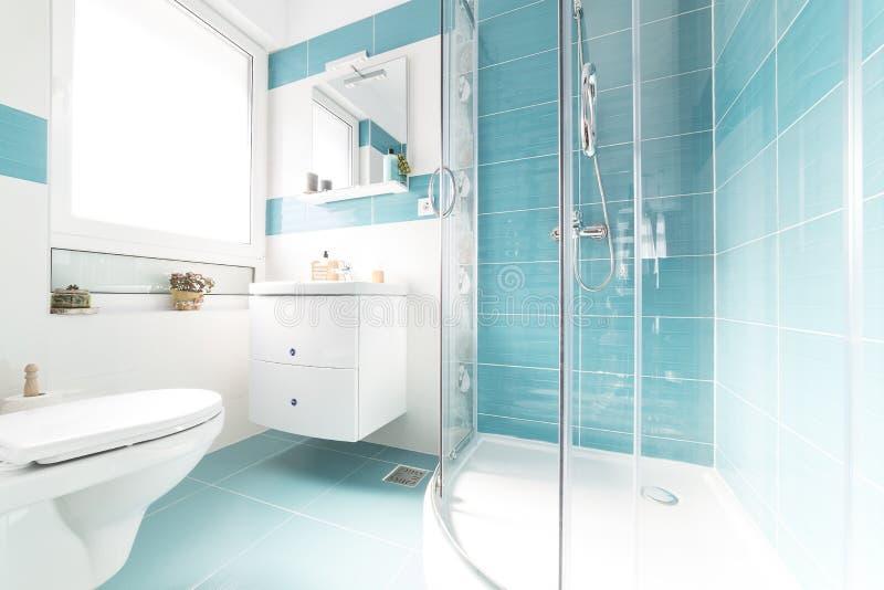 Голубой и полный светлой ванной комнаты стоковая фотография