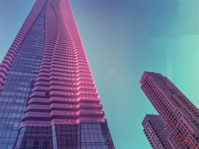 Голубой и розовый кондоминиум Bloor взгляда низкого угла одного западный в Торонто стоковое фото rf
