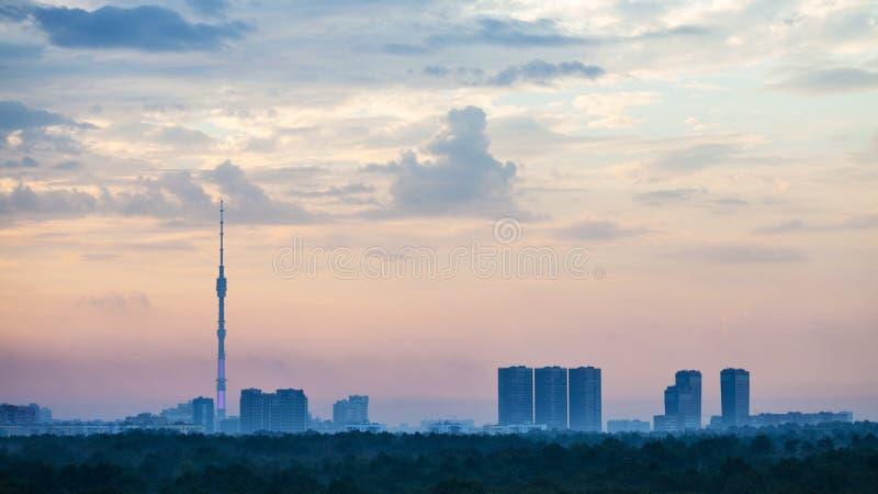 Голубой и розовый рассвет над городом Москвы стоковые фото