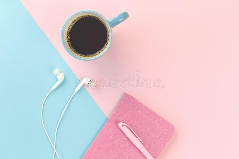 Голубой и розовый с earphoens и тетрадью стоковые изображения