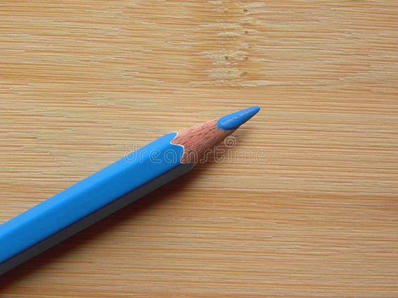 Голубой карандаш цвета на таблице стоковые изображения