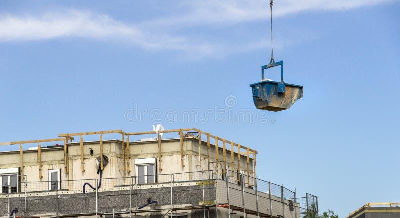Голубой контейнер с строительными материалами плавает над constr стоковые изображения rf