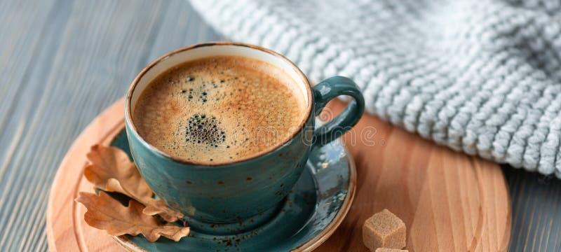 Голубой кофе whith чашки, связанный свитер, листья осени на деревянной предпосылке стоковые изображения rf