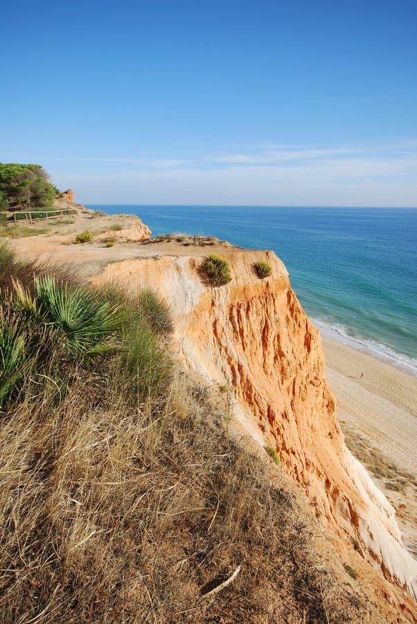 голубой красный цвет океана скал стоковое изображение
