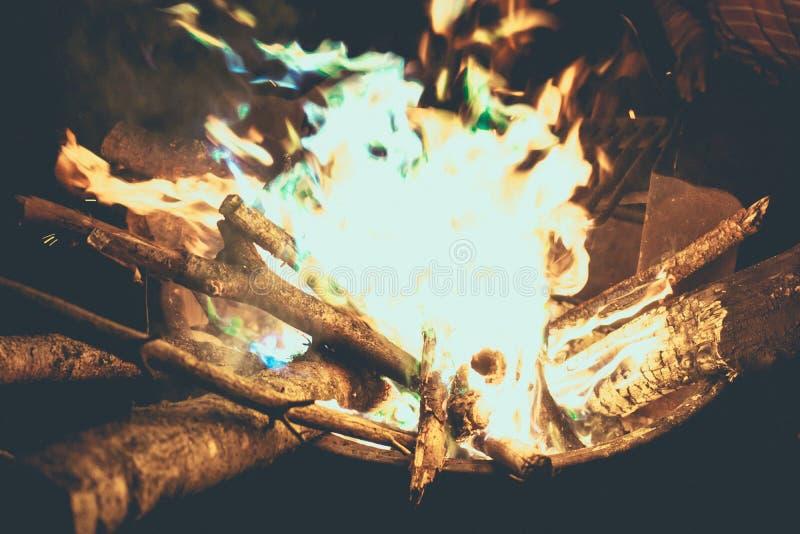 Голубой лагерь огня во время лета стоковая фотография