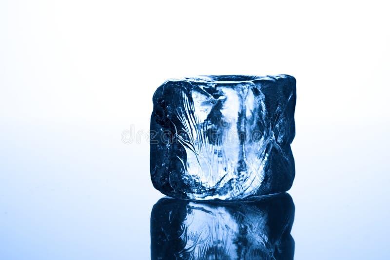 голубой льдед кубика стоковые изображения rf