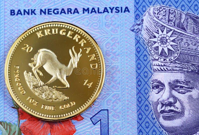 Голубой малайзиец один счет ринггита с монеткой Krugerrand золота стоковая фотография rf